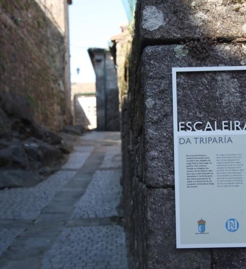 calle de piedra entre paredes