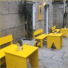 terraza con sillas amarillas