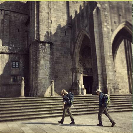 Peregrinos andando delante de catedral