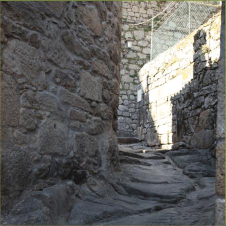 Escaleras de piedra entre paredes